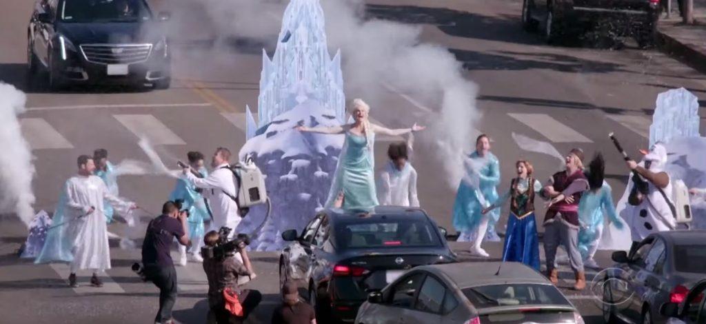 Foto de Irina Menzel demuestra su talento cantando Let it Go a capella en medio de la calle.
