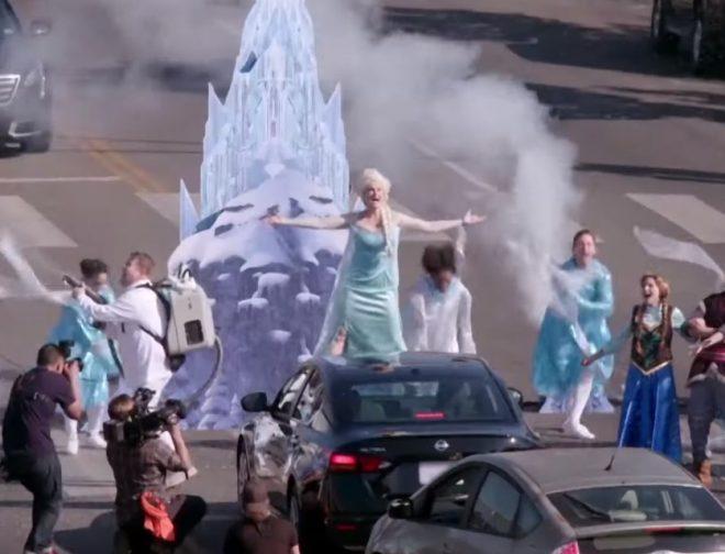 Fotos de Irina Menzel demuestra su talento cantando Let it Go a capella en medio de la calle.