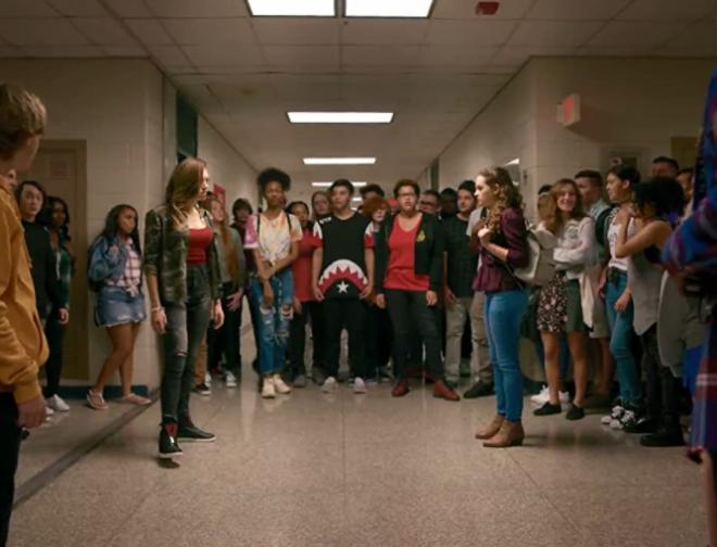 Foto de Los Actores de Cobra Kai, Reviven la Espectacular Escena de la Pelea en la Escuela en Video