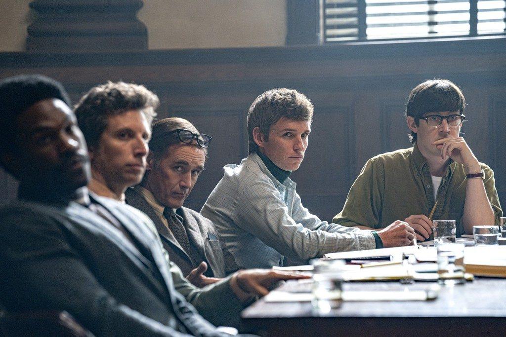 Foto de Netflix Lanza el Tráiler Final de la Esperada Película, El Juicio de los 7 de Chicago