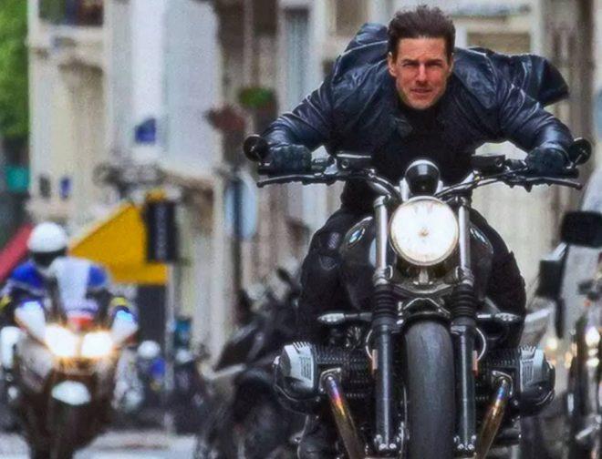 Fotos de Tom Cruise, ya Práctica una Super Acrobacia en Motocicleta para Mission: Impossible 7