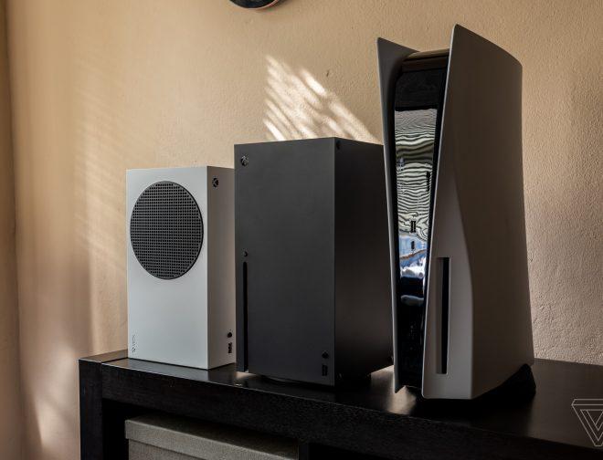 Fotos de Comparación de tamaño de la PlayStation 5 y Xbox Series X/S