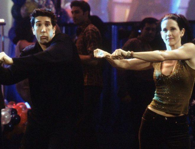 Fotos de Ed Sheeran y Courtney Cox recrean el baile de Friends