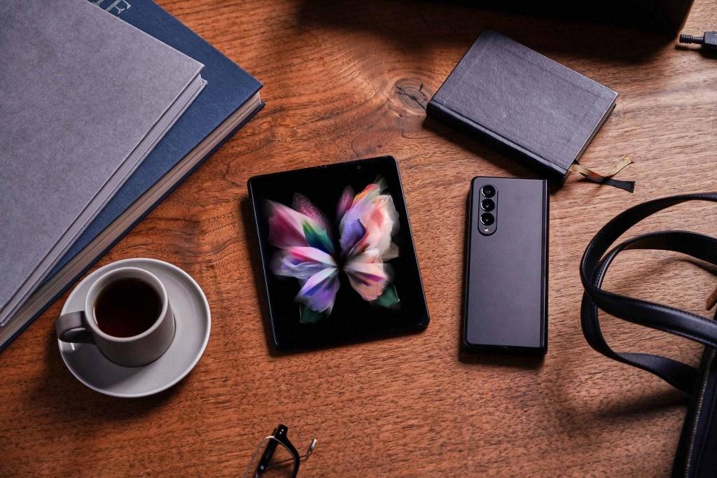 Foto de Galaxy Z Fold3 5G es el primer smartphone plegable del mundo con cámara debajo la pantalla